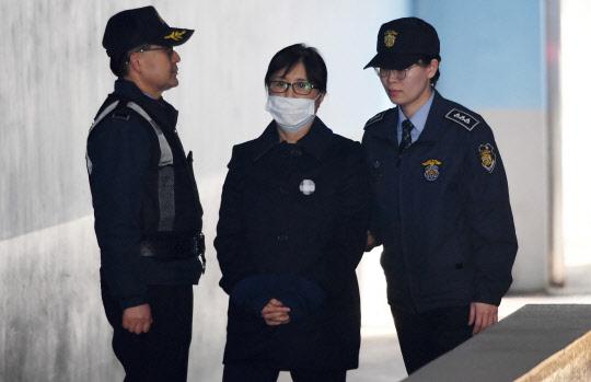 """법원 """"삼성의 승마 지원, 박근혜·최순실 공모 인정""""(속보)"""